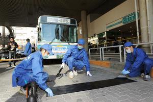 Μαχαίρωσε παιδιά μέσα σε σχολικό λεωφορείο