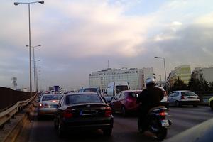 Μποτιλιάρισμα στη λεωφόρο Αθηνών από σπασμένο αγωγό