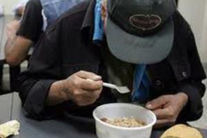 Διανέμουν τρόφιμα σε απόρους