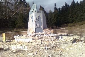 Βεβήλωσαν μνημείο του ΕΛΑΣ στο Περτούλι