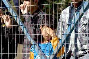 Σε εγκαταλελειμμένα στρατόπεδα η προσωρινή κράτηση μεταναστών