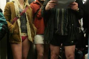 Κατέβασαν τα παντελόνια τους μέσα στο τρένο