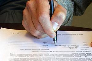 Συνταγματική η μείωση αμοιβών των συμβολαιογράφων
