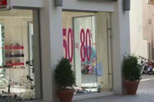 Πρεμιέρα εκπτώσεων με μειώσεις τιμών ως και 80%