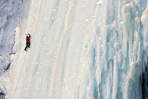 Σκαρφαλώνοντας σε παγωμένο καταρράκτη