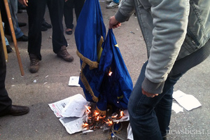 Έκαψαν τη σημαία της Ευρωπαϊκής Ένωσης