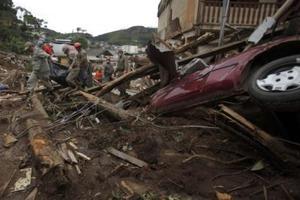 Πλησιάζουν τα 1000 τα θύματα των πλημμυρών