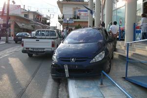 Αυτοκίνητο καβάλησε το πεζοδρόμιο