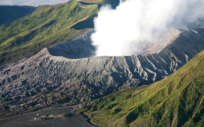 Τραγικό τέλος για οικογένεια που έπεσε σε κρατήρα ηφαιστείου