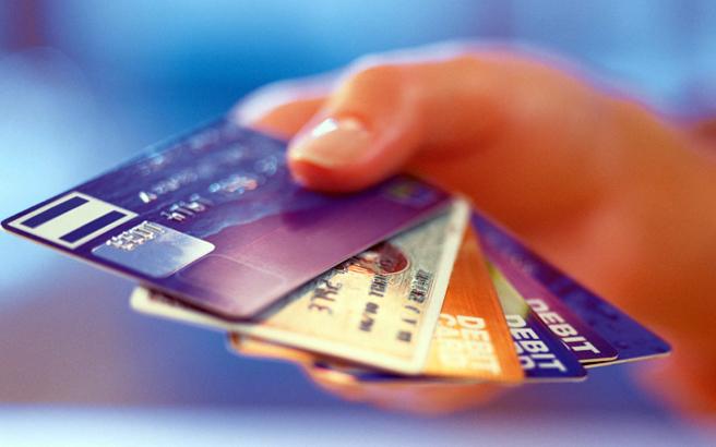 Εξαιρούνται οι άνω των 70 από την υποχρεωτική χρήση πλαστικού χρήματος