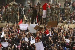 Τραυματισμοί από πυρά αγνώστων στην πλατεία Ταχρίρ