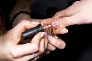 Πώς να ξεβάψετε τα νύχια χωρίς ασετόν