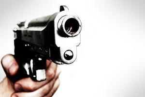 Το… χόμπι του γείτονα γέμισε τους τοίχους τους με σφαίρες