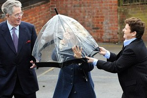 Καμίλα, κάτσε κάτω απ' την ομπρέλα!