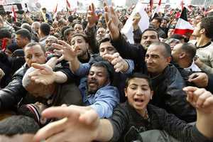 Πλήθος διαδηλωτών στην πλατεία Ταχρίρ