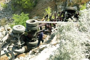 Μοιραία πτώση φορτηγού σε χαράδρα