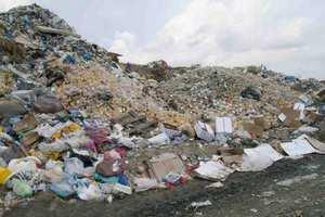 Σε ύψος πέντε μέτρων φθάνουν τα σκουπίδια στην πρώην αμερικανική βάση της Νέας Μάκρης