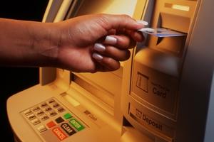 Στα 1.500 ευρώ το ακατάσχετο για ατομικούς τραπεζικούς λογαριασμούς