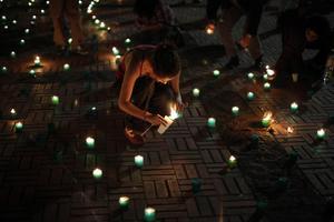 Σχημάτισαν το περίγραμμα της χώρας με κεριά
