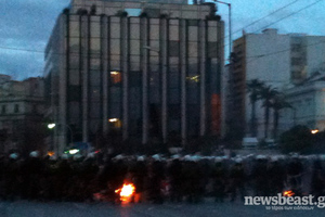 Διαδηλωτές περικύκλωσαν τη Βουλή