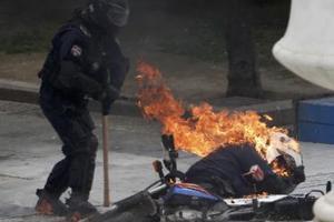 Αστυνομικός τυλίχτηκε στις φλόγες