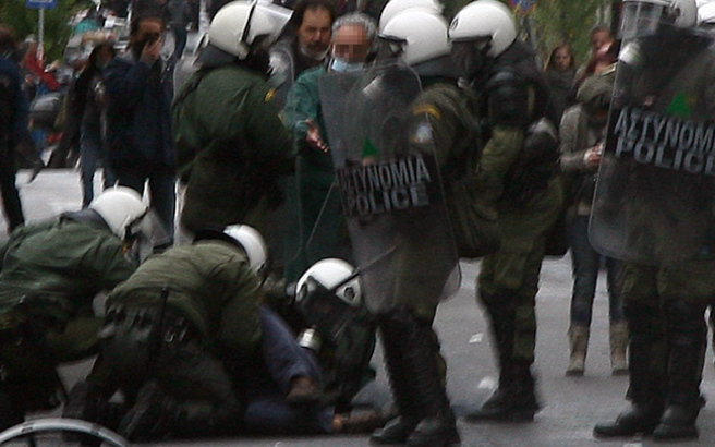 Σύλληψη διαδηλωτή που είχε στην κατοχή του τόξο, 2 βέλη, καδρόνι και τσεκούρι!