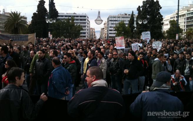 Παραμένουν στη Βουλή οι διαδηλωτές