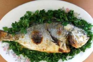 Ντύθηκε σερβιτόρος κι άρπαξε το πιάτο με τα ψάρια!