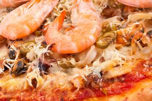 Πίτσα µε γαρίδες, λεµόνι και φρέσκια ρόκα