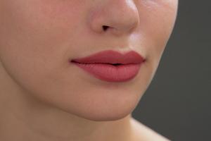 Συμβουλές για να ενυδατώσετε τα χείλη σας