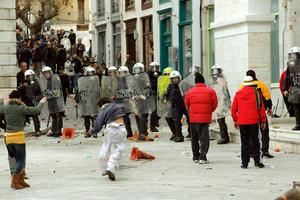 Πεδίο μάχης έγινε η Ερμούπολη κατά τη διάρκεια ομιλίας του πρωθυπουργού