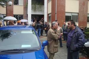 Έξω από το Δημαρχείο υπάλληλοι του Δήμου Τρικκαίων