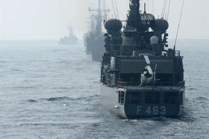 Πολεμικό πλοίο και αμερικανοί πεζοναύτες σε αλβανικό λιμάνι