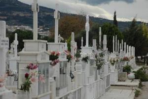 Ρημάζουν τους τάφους στα νεκροταφεία
