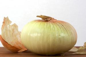 Καθαρίστε τις καμένες κατσαρόλες με κρεμμύδι