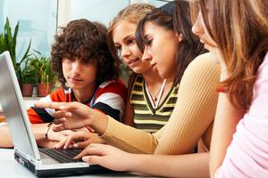 Τηλεόραση και ίντερνετ «σκοτώνουν» τις σχέσεις των παιδιών