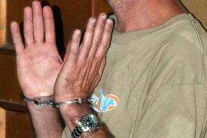 Κρατούσαν παράνομα ομοεθνή τους και τον απειλούσαν για τη ζωή του