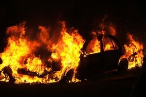 Έβαλαν φωτιά σε μηχανάκι και επεκτάθηκε σε δύο ΙΧ