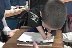 Παιδί χωρίς χέρια κέρδισε διαγωνισμό καλλιγραφίας!