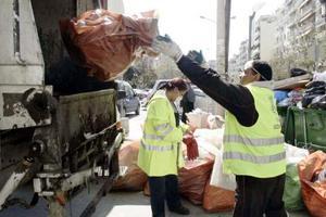 Μαζεύουν τα σκουπίδια στη Θεσσαλονίκη