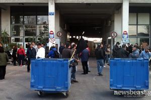 Έξω από το κτίριο καθαριότητας του δήμου Αθηναίων οι συμβασιούχοι