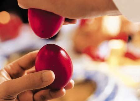 Τι συμβολίζει το τσούγκρισμα των πασχαλινών αυγών