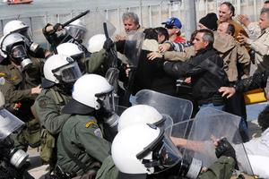 Επέμβαση των ΜΑΤ στην εθνική οδό Αθηνών-Λαμίας