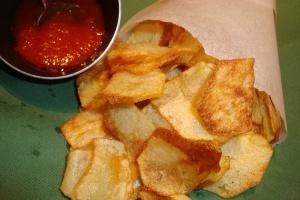 Σπιτικά πατατάκια με καυτερή σάλτσα