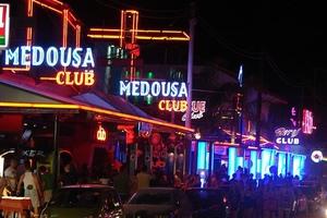 Μέχρι τη μία το βράδυ η μουσική στα μπαρ