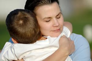Αγκαλιές και φιλιά κάνουν ευτυχισμένα τα παιδιά