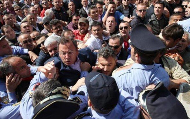 Μπαρούτι μυρίζει η πολιτική ζωή στην Αλβανία