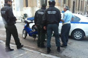 Οδηγός πάτησε με το ΙΧ δημοτικό αστυνόμο στο πόδι
