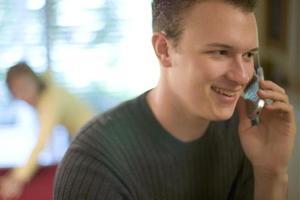 Η πολυλογία στο κινητό μειώνει τη γονιμότητα των ανδρών