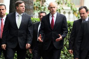 Όρθιοι σε μια κουζίνα, Παπανδρέου, Παπακωνσταντίνου και Στρος Καν έφεραν το ΔΝΤ στην Ελλάδα